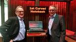 Acer Deutschland-Chef Wilfried Thom und B2B-Verantwortlicher Stefan Tiefgenthal zeigen auf der Ifa das neue Curved-Notebook (Bild: CRN)