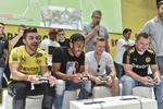 Auch die Fußball-Stars Pierre-Emerick Aubameyang und Marco Reus zocken am Stand von Konami (Bild: Koelnmesse)