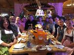 In kleiner Runde feierte Buffalo mit seinen Gästen in den Wildstuben auf der Wiesn (Foto: CRN)