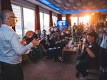 Ran Senderovitz, Vice President Client Computing Group bei Intel, zeigt vor Eröffnung der IFA 2018 die neuen »Core U«-Prozessoren (Bild: Intel)