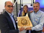 CRN gratulierte: Die Geschäftsführer Henning Jasper (li.) und Stefan Kleesattel freuen sich über die von Gina Gießmann (CRN) überreichte Geburtstagstorte (Bild: CRN)