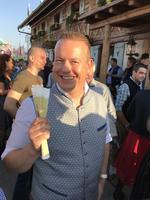 Unternehmensgründer Ralf Schweitzer hat, was alle wollen: Ausstrahlung, Erfolg - und natürlich Eintrittsbändel für das Festzelt (Foto: CRN)