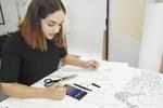 Die französische Designerin Aurélie Fontan  entwarf und produzierte ihre neueste Haute-Couture-Kollektion vollständig mit dem Samsung Galaxy Note 9  (Bild: Samsung)