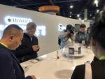 Heiß umlagert: Der chinesische Hersteller Royole zeigte auf der CES das weltweit erste faltbare Smartphone (Bild: CRN)...