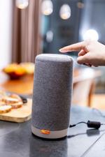 Der smarte Speaker lässt sich wie ein Mobilteil an jeder DECT-Basisstation nutzen. Um Gespräche zu führen, braucht es kein zusätzliches Gerät und keine Erweiterung mit Anschluss an die Telefondose (Bild: Gigaset)