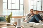 Der »Gigaset Smart Speaker L800 HX« verbindet ein DECT-Festnetztelefon mit einem smarten Lautsprecher, der per Sprachbefehl gesteuert wird (Bild: Gigaset)
