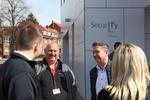 Bei schönstem Wetter konnte man sich bereits draußen austauschen, so wie hier Wolfgang Geng von Bitwings mit Matthias Matz von Securepoint (Foto: Securepoint)