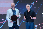 Gregory Bryant (links) und Uri Frank, Vice President of Platform Engineering der Client Computing Group, mit den Wafern der »Ice Lake«-CPUs (Bild: Intel)