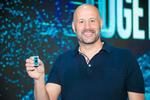 Gregory Bryant zeigt den neuen im 10-nm-Verfahren gefertigten Intel-Core-Prozessor (Bild: Intel)