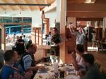 Die beiden Sysob-Geschäftsführer Thomas Hruby und Georg Thoma stimmen die Teilnehmer auf das Gipfeltreffen und die anstehende Wanderung ein (Foto: CRN)