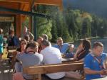 Mit einem leckeren Bier in der Sonne sitzend wird Kraft für die Bergwanderung auf den Großen Arber getankt (Foto: Sysob)