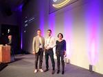 Florian Beck (Mitte), Manager Technology Alliances von Dynatrace, freut sich über den »APN Technology Partner of the Year«-Award