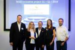 Löwenfels Partner AG aus der Schweiz erhielt für ihr Projekt eDossier Immobilien den Award fürs innovativste Projekt. Luzia Herger und Manfred Hediger (Mitte) nahmen der Preis entgegen. (Bild: Easy Software)